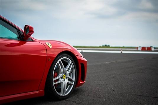 Jazda Ferrari - przewodnik po torach w pobliżu Warszawy