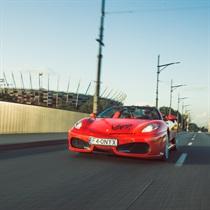 Jazda Ferrari F430 ulicami miasta