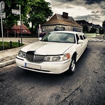 Ślubny Przejazd Limuzyną Lincoln Town Car 120