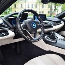 Jazda BMW i8 ulicami miasta
