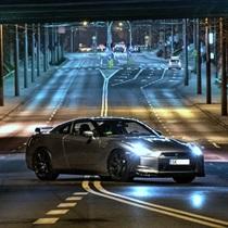 Jazda Nissan GT-R ulicami miasta