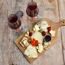 Deska domowych serów z winem dla dwojga