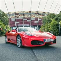 Poszalej Ferrari cabrio ulicami Warszawy
